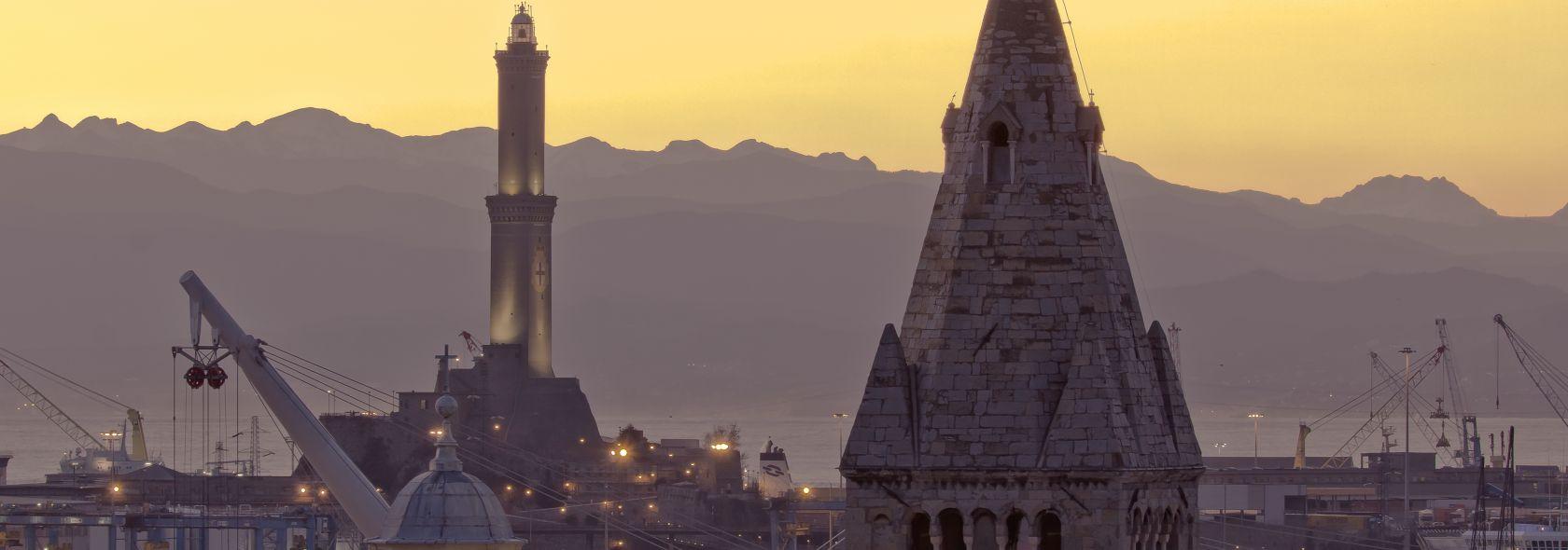 Il campanile di Santa Maria delle Vigne e la Lanterna sullo sfondo