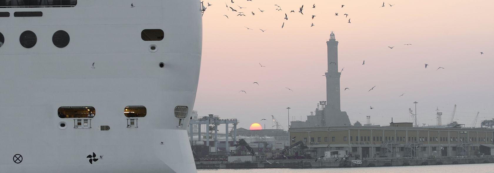 Nave da crociera nel porto di Genova - Adobe stock per Liguriadigitale Spa