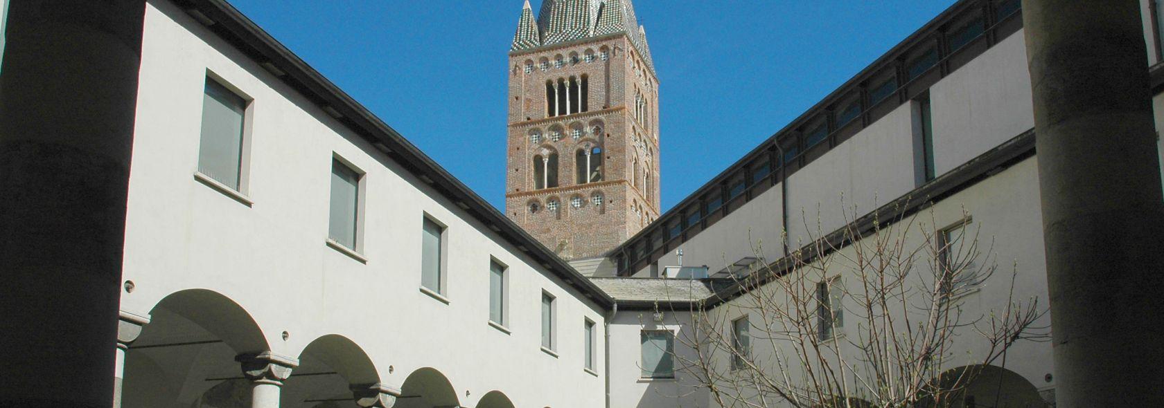 Il chiostro triangolare ed il campanile