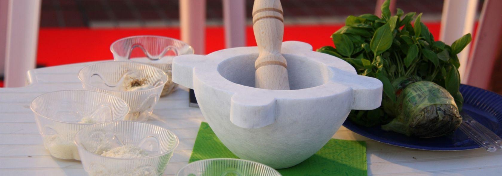 Basilico di Pra' DOP e tradizionale mortaio di marmo © genovacittadigitale