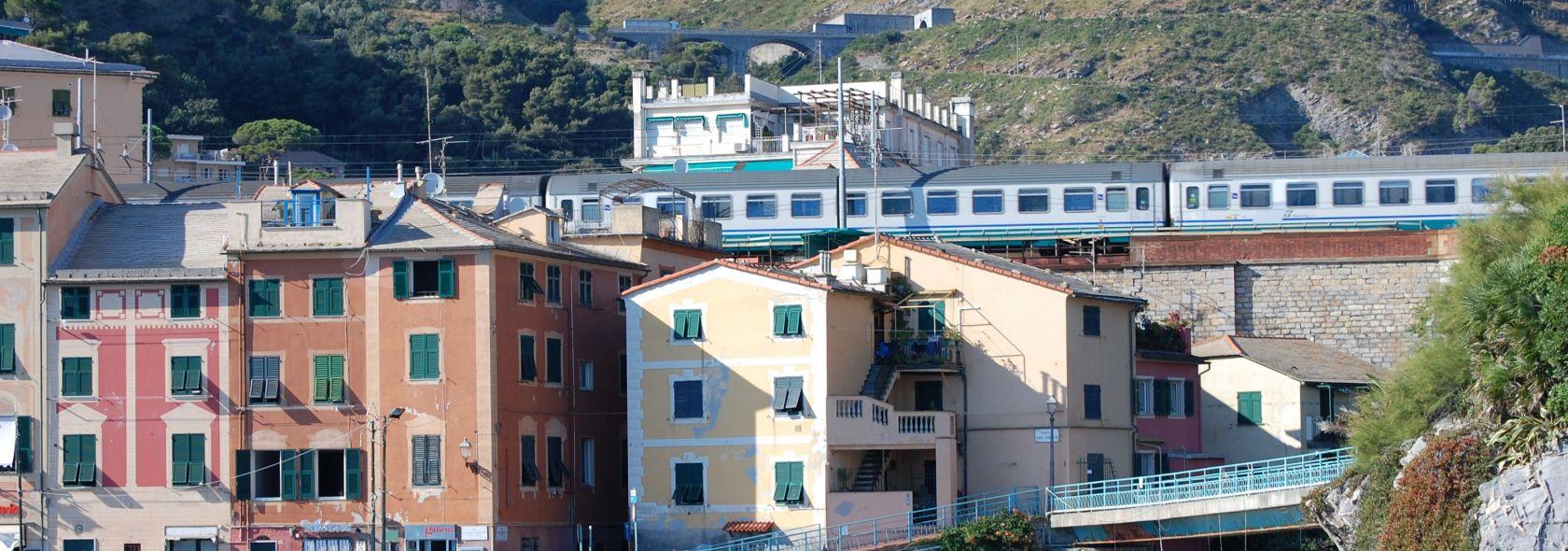 Treno di passaggio a Genova Nervi
