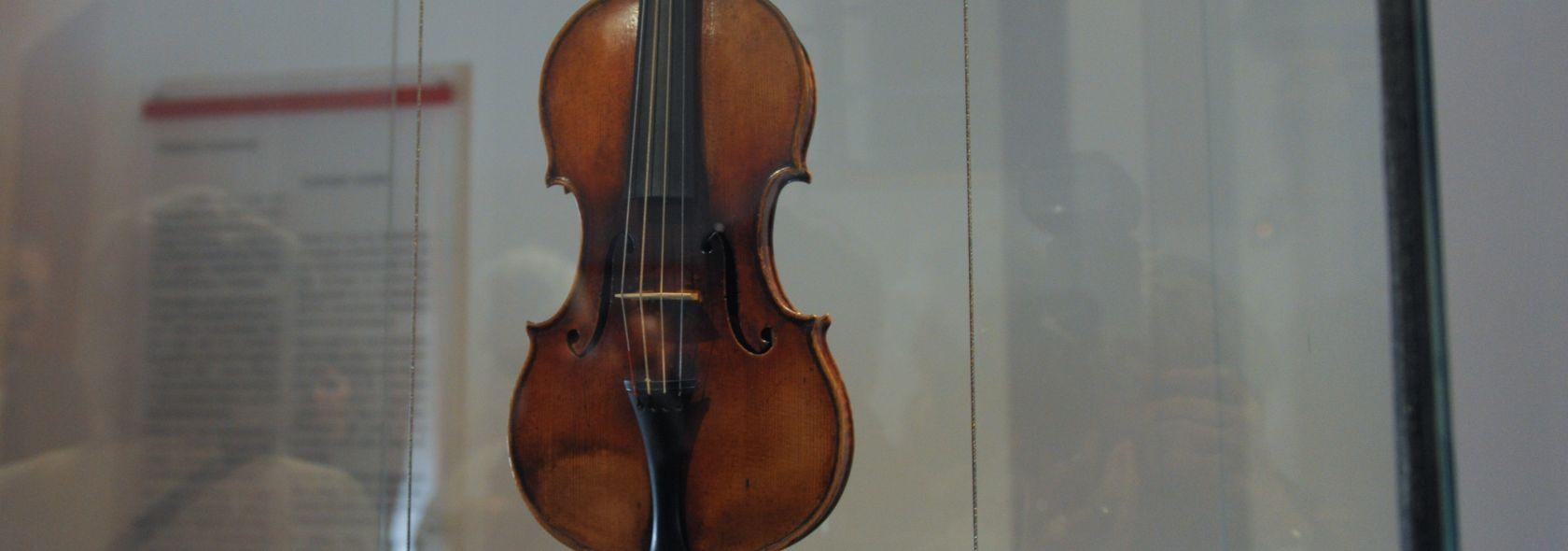 """Il violino detto """"Il Cannone"""" - Palazzo Tursi Sala Paganini - foto: Studio Leoni"""