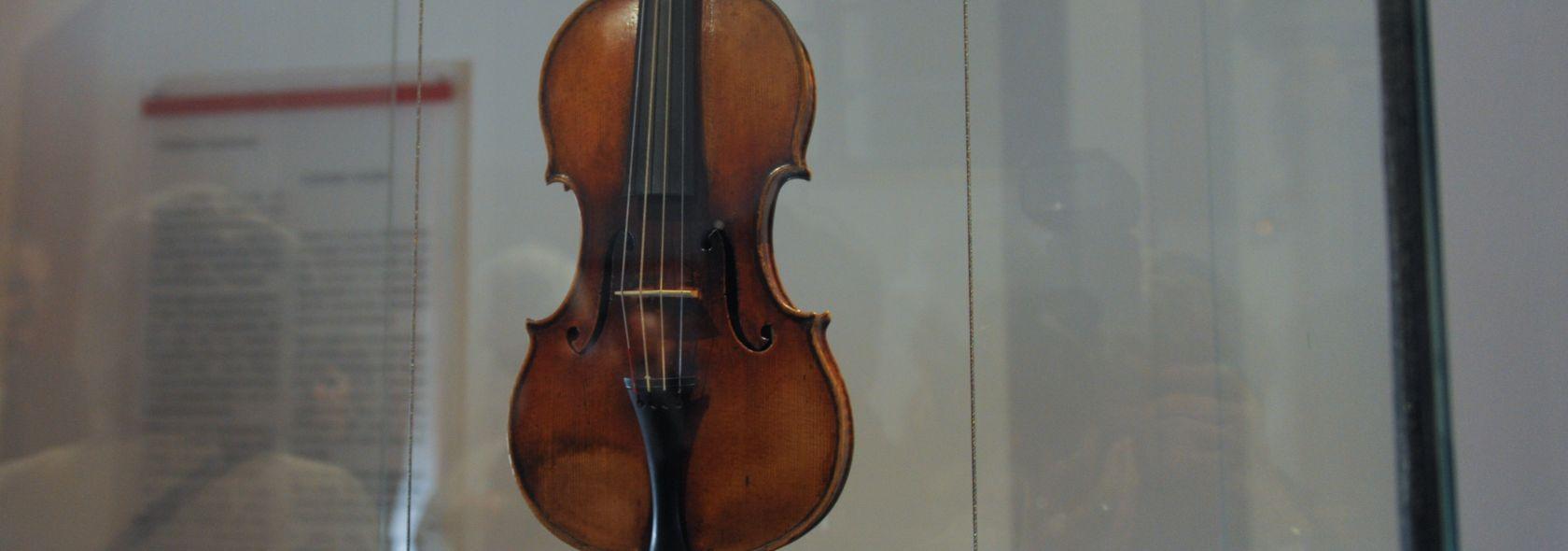 """Palazzo Tursi - Sala Paganini - Il violino detto """"Il Cannone"""" - © Studio Leoni"""
