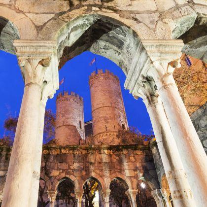 Le torri di Sant'Andrea (Porta Soprana) attraverso il chiostro di Sant'Andrea