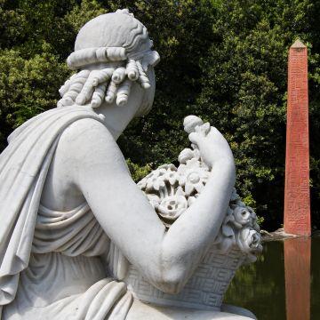 Villa Durazzo Pallavicini: statua e obelisco egizio - ph.SACS Fotografia