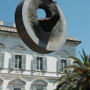 Museo d'arte contemporanea Villa Croce - facciata con scultura