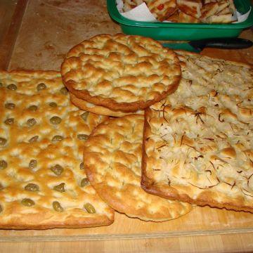 Focaccia tradizionale, alle cipolle, con le olive